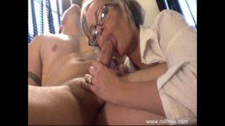 Milf secretaresse verwent haar baas